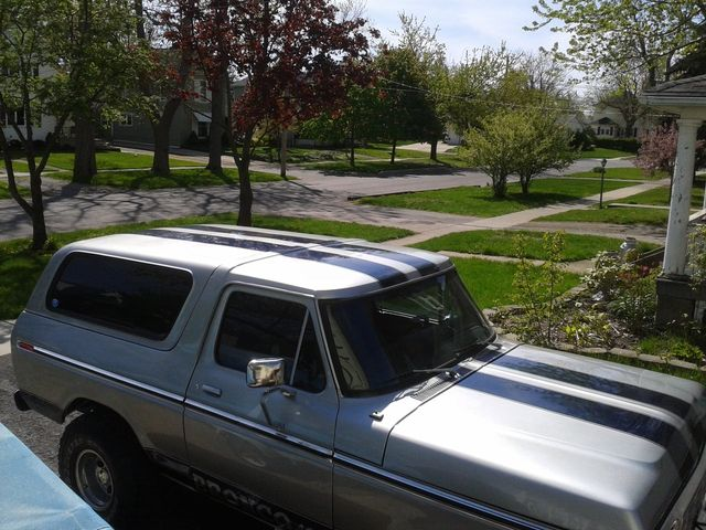 1978 FORD BRONCO SILVER WITH BLUE STRIPES 4.jpg