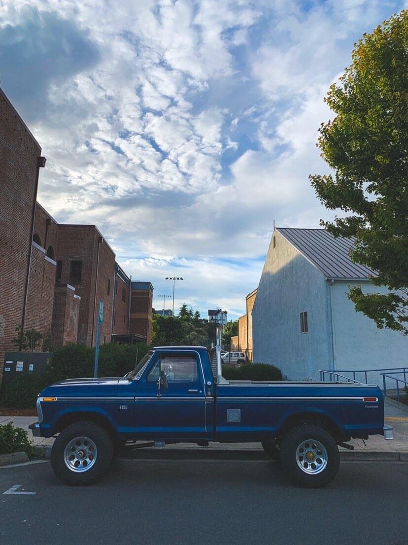 Blue 1976 Ford F-250 Highboy With a 390 5.jpg