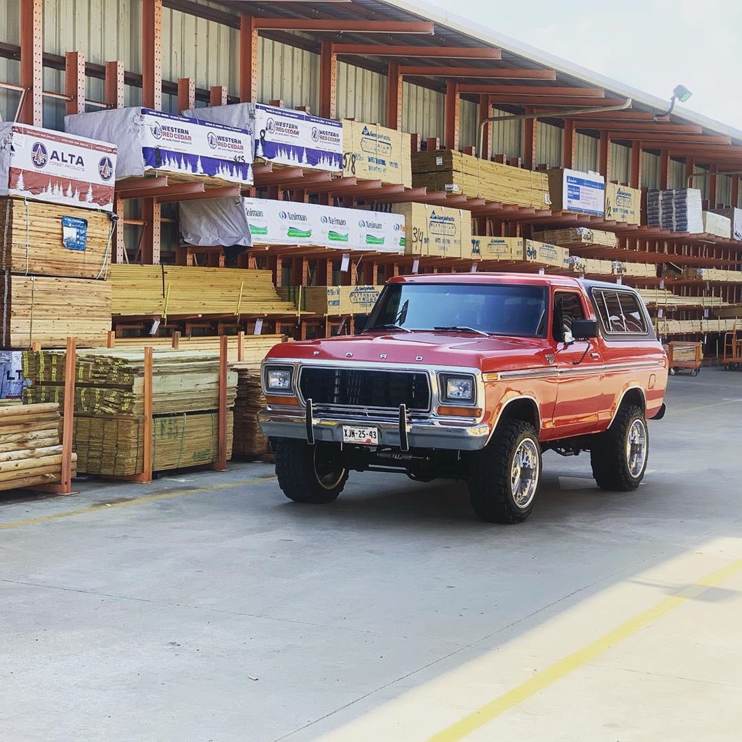 RED 1979 FORD BRONCO WITH A 351W 6.jpg